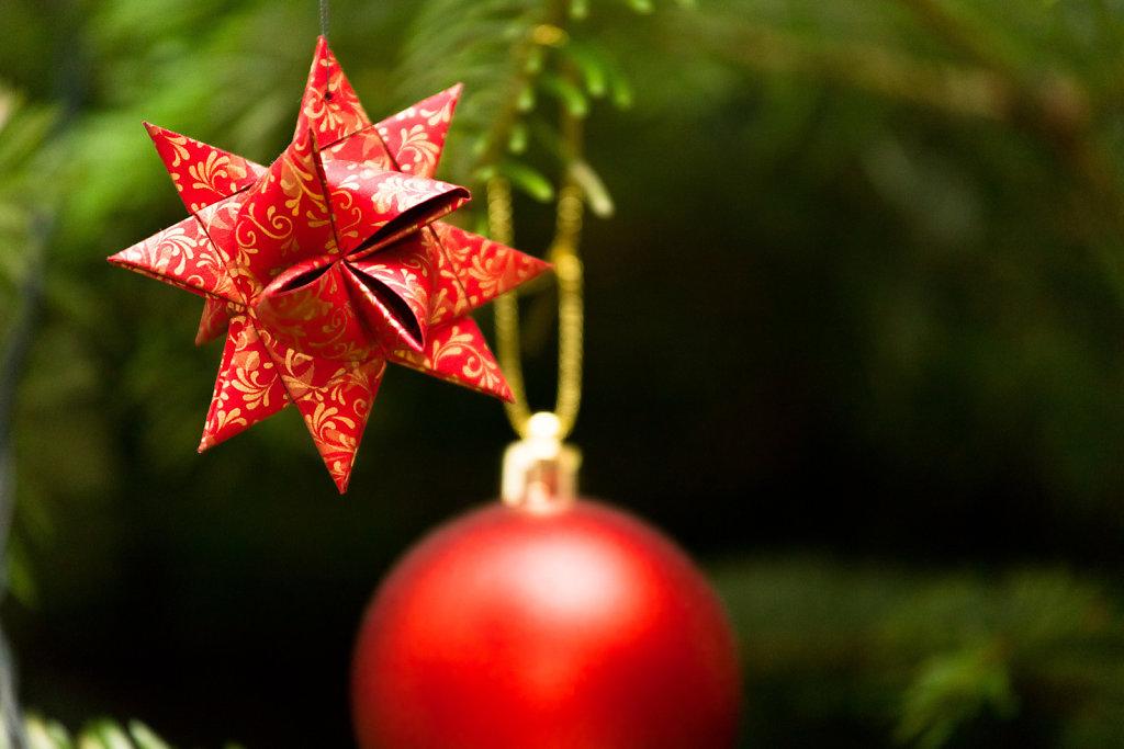 Fröbelstern am Weihnachtsbaum